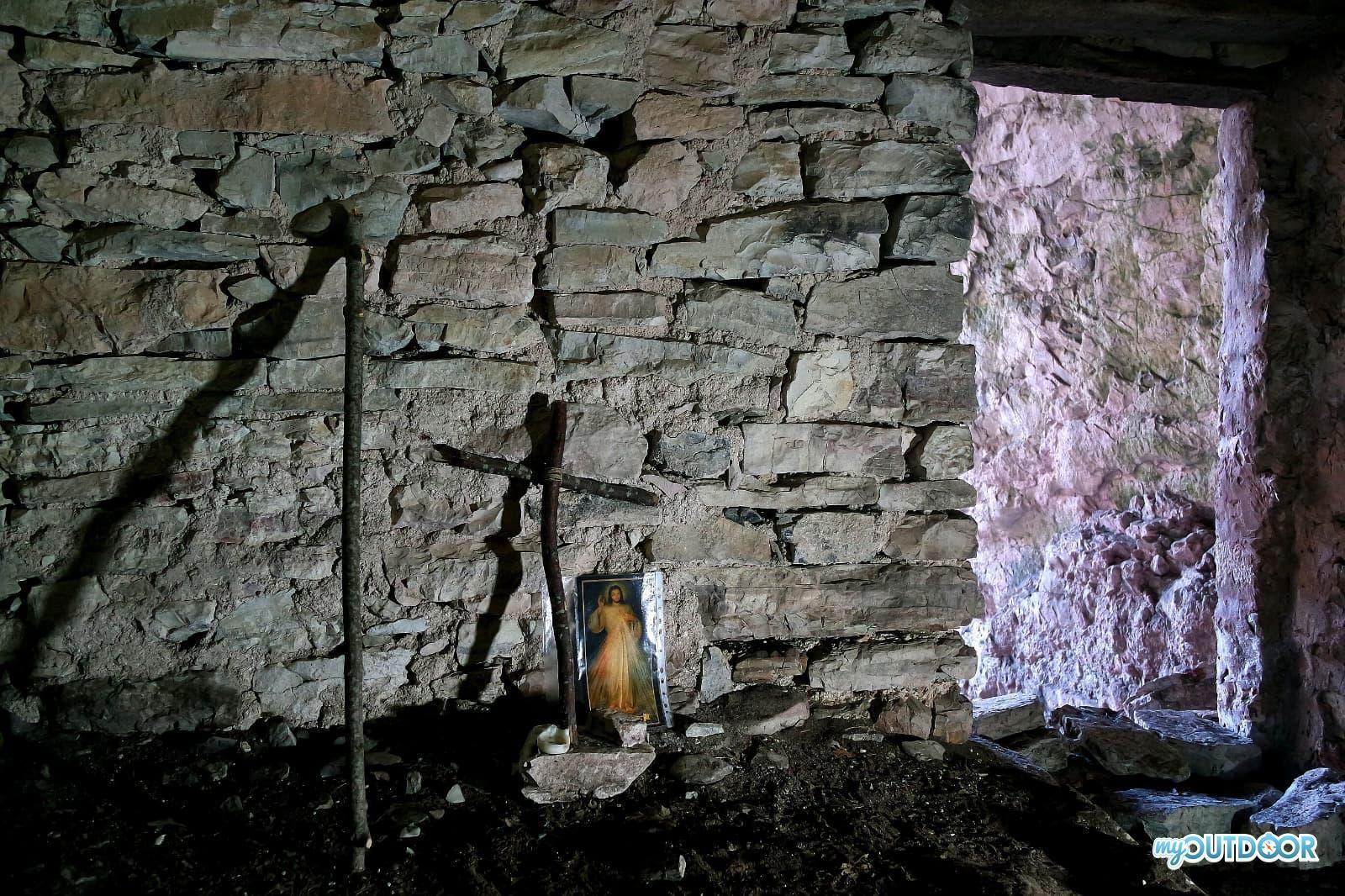 Crocifisso e muro di separazione