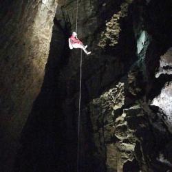 Scendendo la verticale aerea del Pozzo del portello - Foto di Alessandro Marini