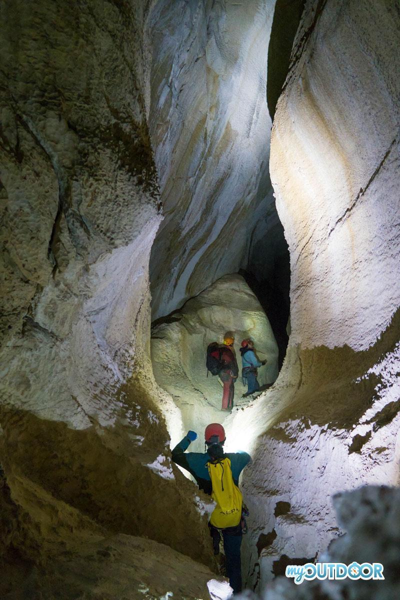 Il canyon iniziale della grotta del Corchia