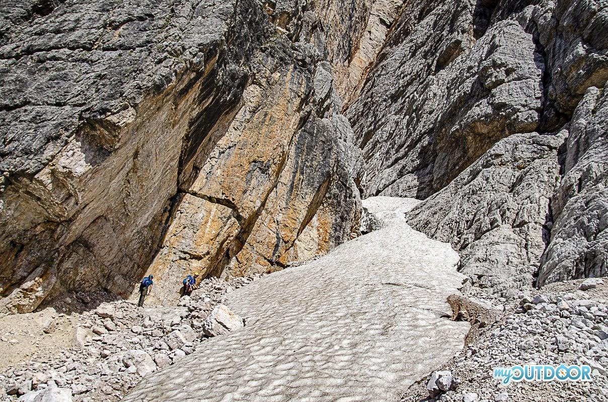Il canalone detritico da risalire per accedere alla cengia che porta alla Grotta della Tofana