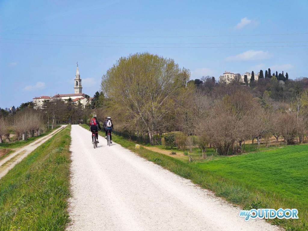 Sara sulla ciclabile, in alto il castello di Montegalda