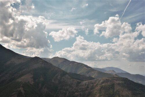 In lontananza il Monte Nerone